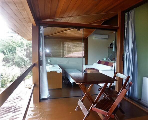 DECK E SALA INTEGRADOS que podem ser isolados com vidros e cortinas, do apart. c/vista do por do sol no mar, dentro de codomínio a só 70 m da melhor praia de Búzios