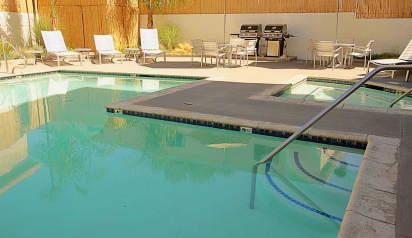Private Room Pool, Hot Tub, Gym minutes to STUDIOS
