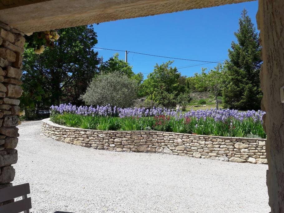 entrée de la propriété vue de la terrasse couverte