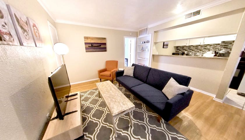 Cute & Cozy w/ Pvt Patio, Near Bars/Restaurants