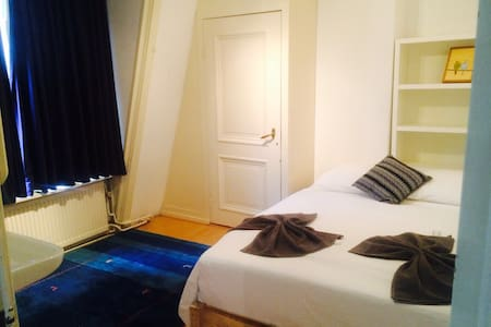 Private 2p canal room in the City Centre - Amsterdam
