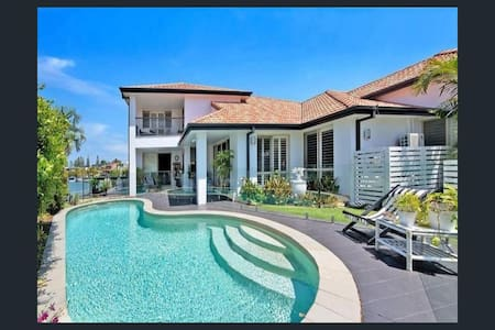 Luxury Canal Waterfront Home in Surfers Paradise - Surfers Paradise - Villa