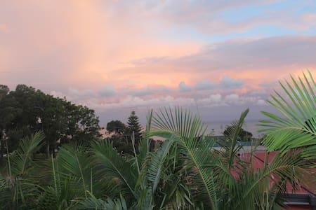 Artist's Beach House Holiday Rental. - Tathra