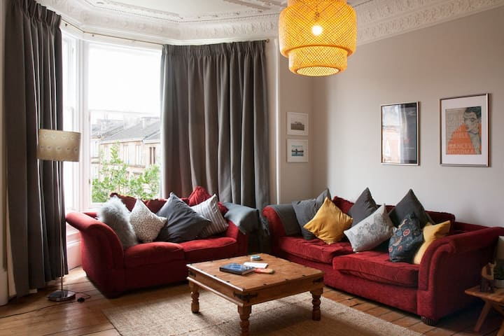 Spacious double in Glasgow Southside Tenement