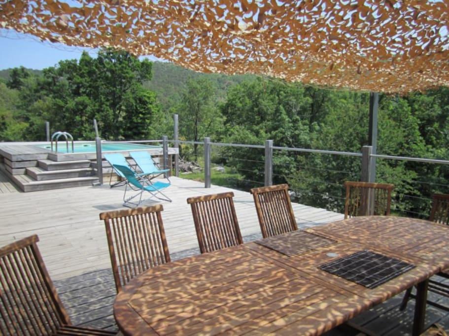 Piscine, terrasse et table petit-déjeuner