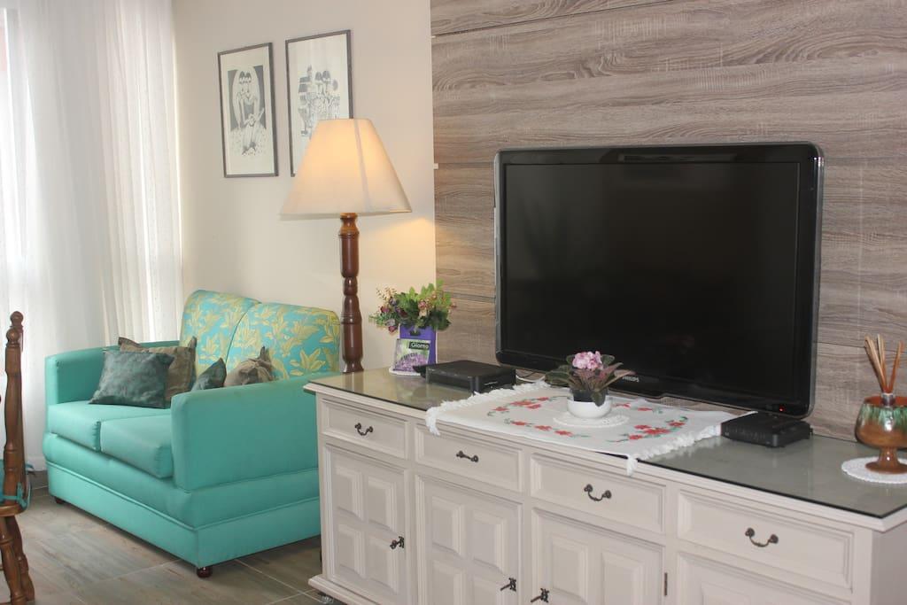 sala com TV à cabo e wifi,ventilador de teto.