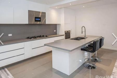 Luxury Apartment near train station - Mount waverley