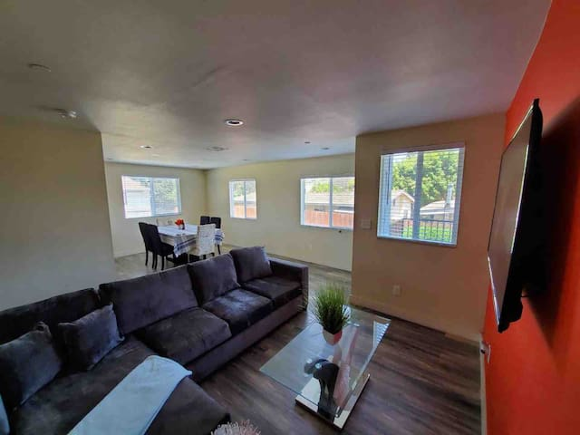 LARGE 2 STORY 5 BEDROOMS/3 BATHS BY DOWNTOWN LA