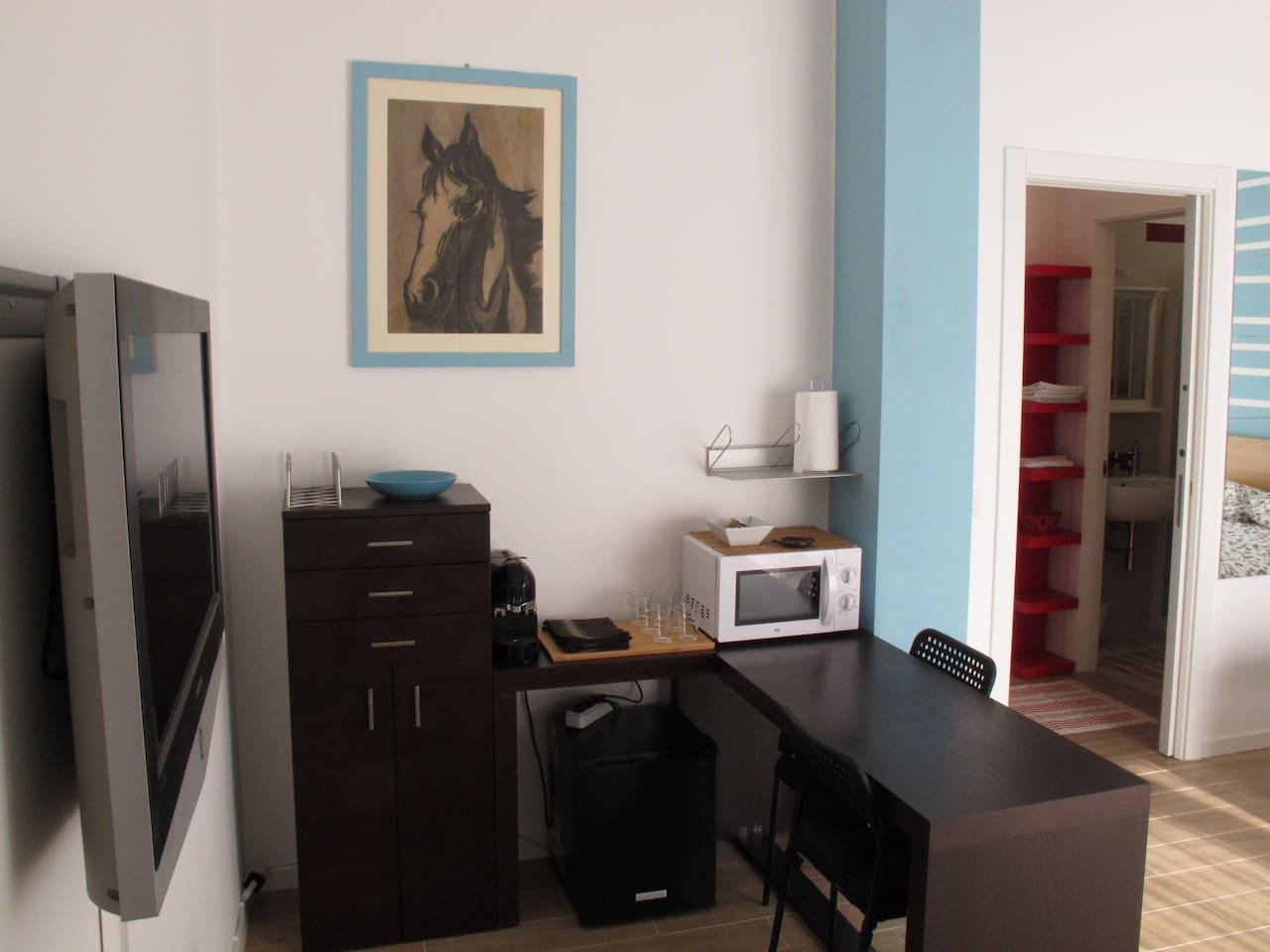 La zona giorno dispone di tavolo, forno a microonde, macchina del caffè espresso, frigobar, credenza con stoviglie, tv a schermo piatto