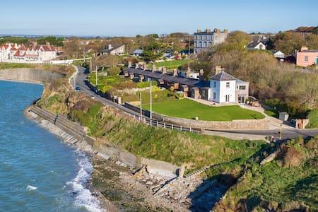 Cosy Coast Guard cottage - Sutton