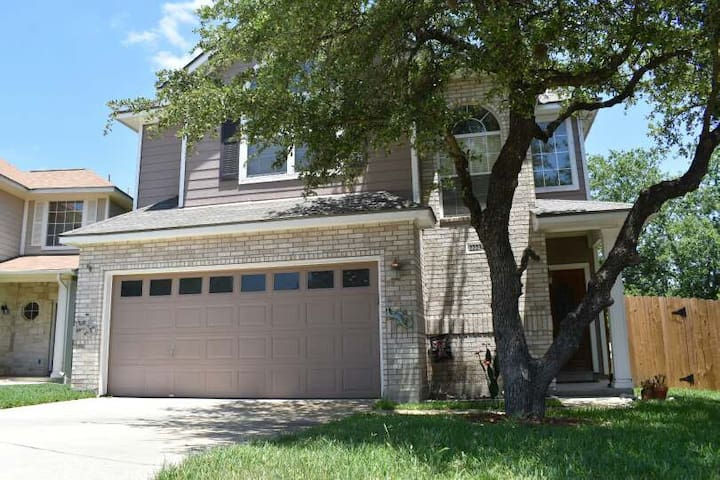 Cozy Stone Oak home with Big Backyard- 1-2 rooms