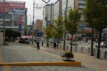 청주시외버스터미널입구에서 좌측을 보면 숙소건물이 보입니다~^^  see left at entrance of Cheongju bus terminal.