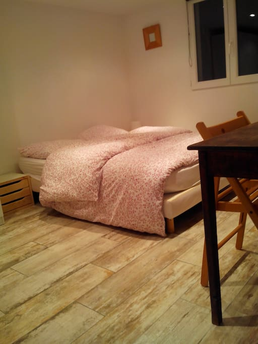 Votre lit avec 2 tables de nuit et 2 lampes de chevet