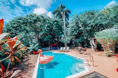 Bungalow, pool, hot tub & backyard 10 min to Beach