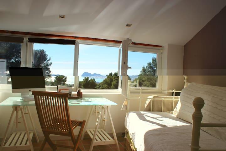 Chambre : lit 200x160 et un lit 90X200. avec accès terrasse.
