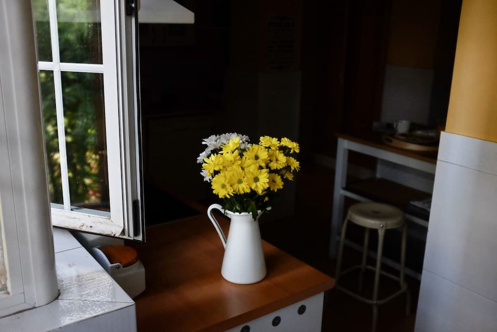 Fresh flowers make for a happy kitchen and dinning area.