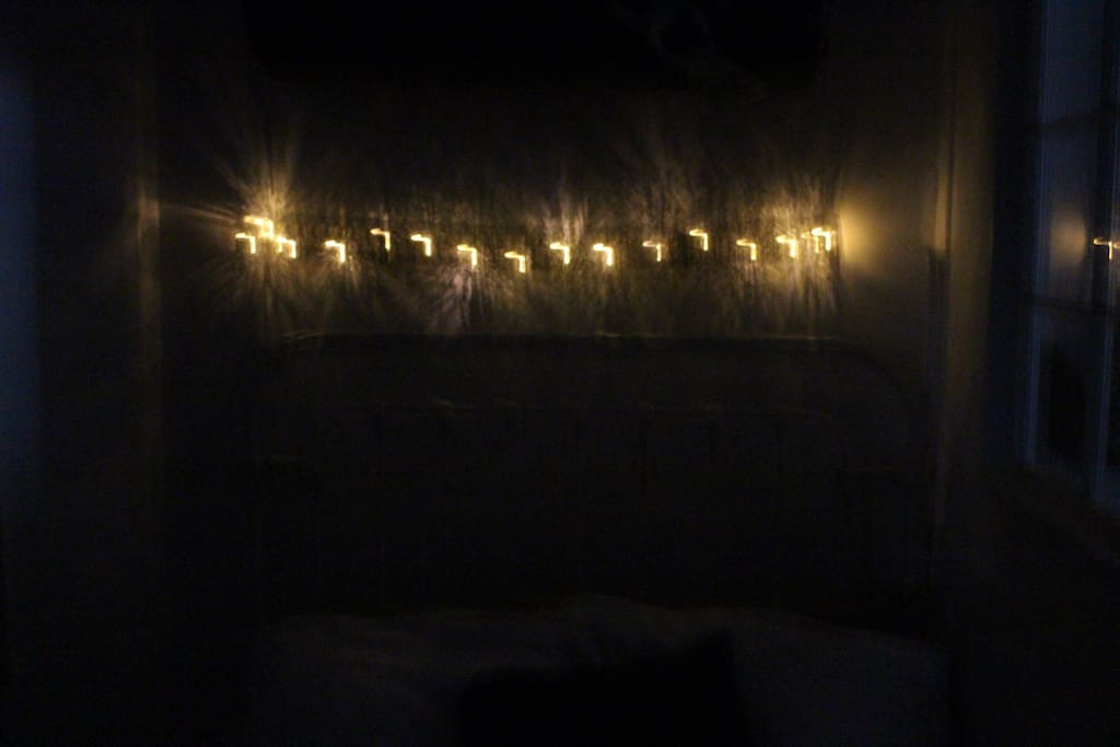 Light installment above the bed for a romanic evening.