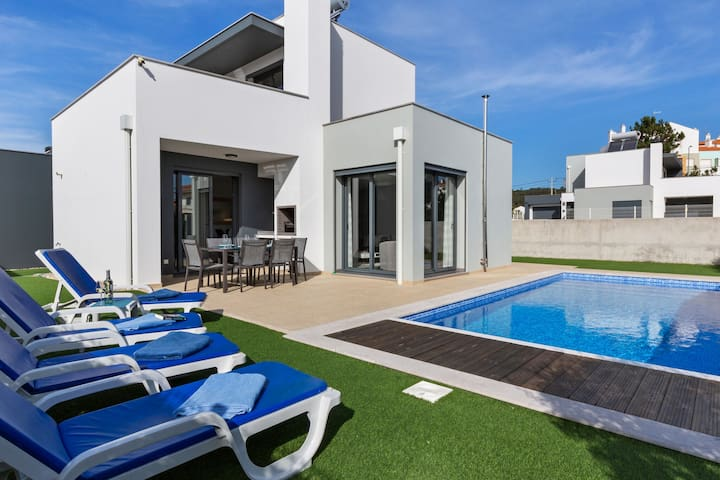 Modern Holiday Home in Foz de Arelho with private pool