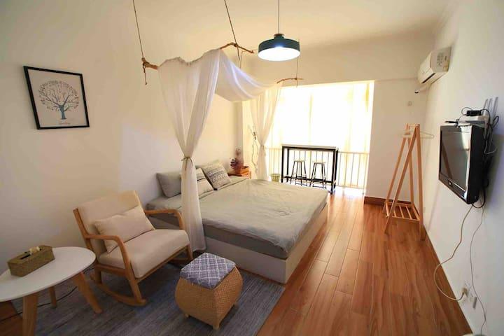 落地窗,宽大舒适的大床,实木摇椅➕脚凳,无线上网➕付费节目,希望您有家的感觉