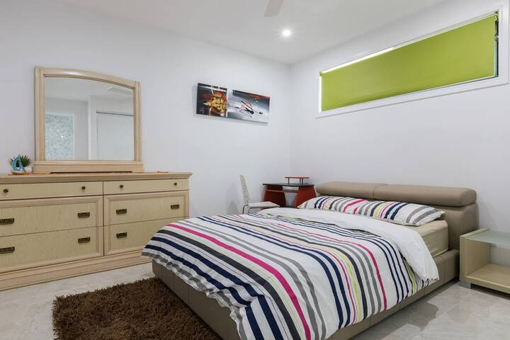 Convenient & Luxurious Waterfront Queen Bed Room 1