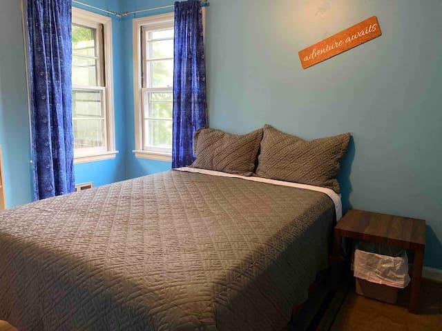Cozy blue adventure room near UT