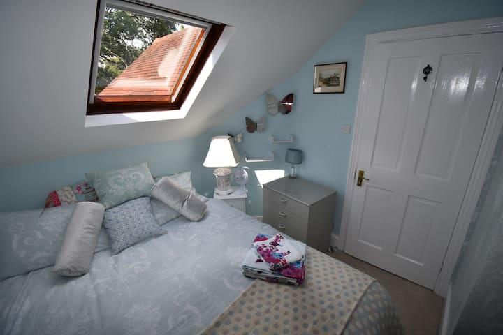 delightful Laura Ashley 2nd bedroom in top floor apt