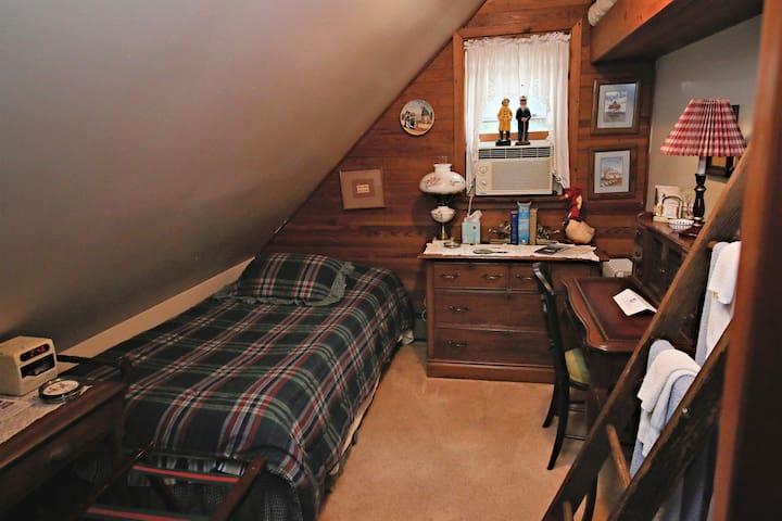 Burke Room (shared bathroom) - Ebenezer House Bed and Breakfast