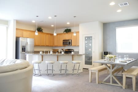 Minutes from the Strip - Modern Family Home
