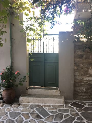 Traditional house in the heart of Chalki - Χαλκείο - Casa