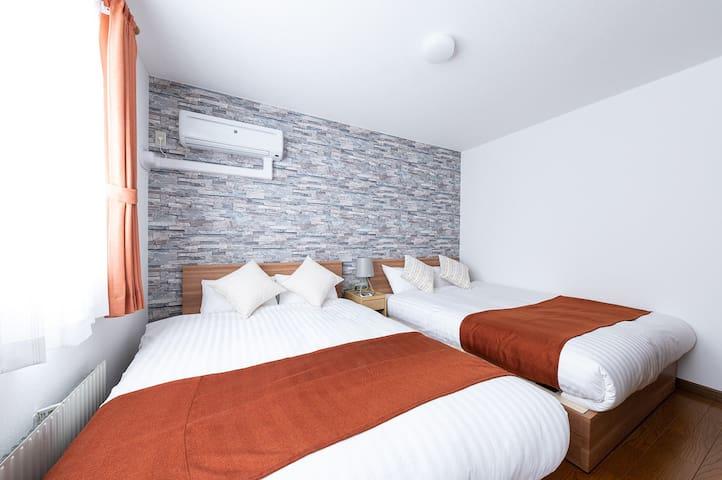 Bedroom1 : double sized bed (195 cm×140 cm) ×2  ☆寝室1:ダブルベッド 2台 (195 cm×140 cm)