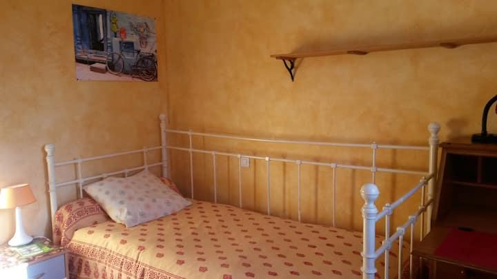 Chambre ensoleillée dans grande maison avec jardin