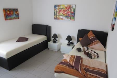 Zweibettzimmer in modernem Haus Gemeinschaftsräume - Kirkel - Bed & Breakfast