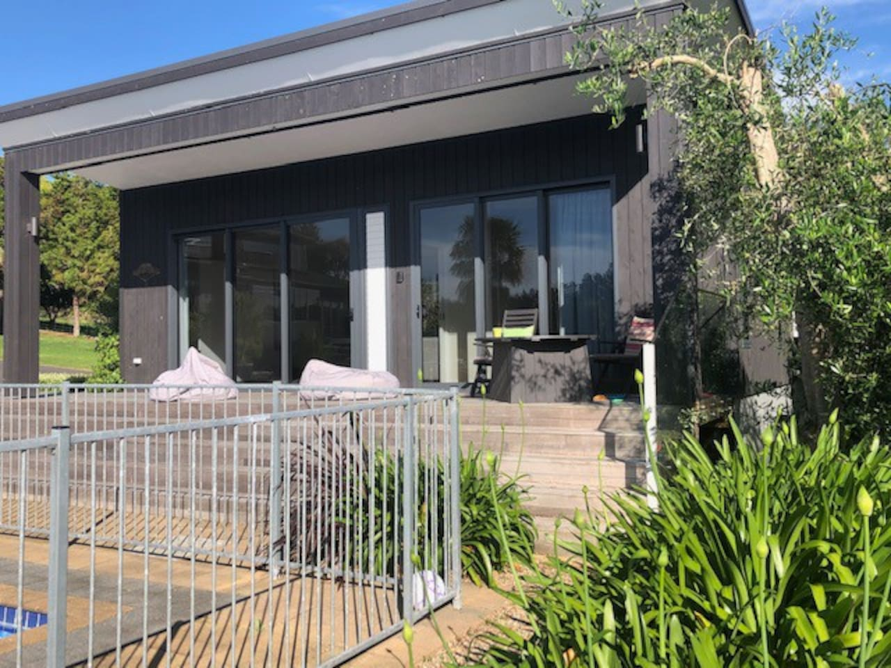 Welcome to our quality purpose-built apartment for 1-6 people in an idyllic setting. Fully self-contained for family groups or business guests. Easy access to the wider Bay Of Plenty amenities,  attractions and the new Omokoroa-Bethlehem bike trail.