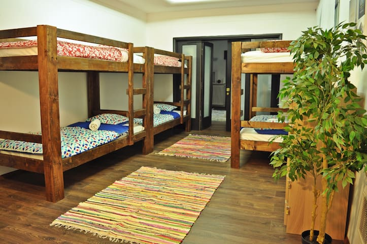 Mixed Dorm for 6 in Globe Hostel Bucharest - București - Bed & Breakfast