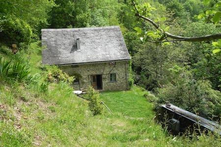ancienne bergerie restaurée, au milieu des bois - House