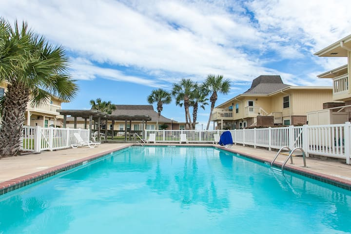 Large Condo for 5! Golf Cart Beach Access!Netflix!