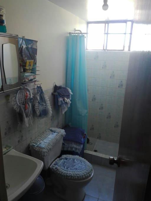 Baño con ducha con terma solar.