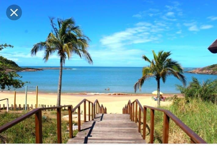 Apartamento térreo bem localizado,  10 km da praia