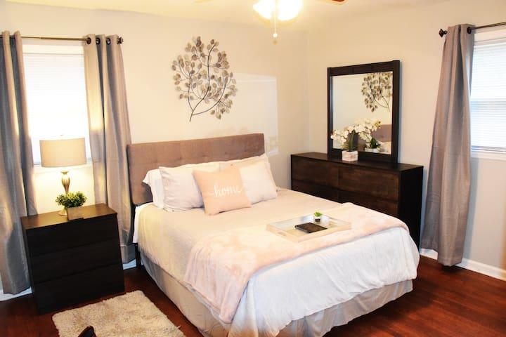 4 Bedroom Home w/Bonus Room 10 min. from Airport!