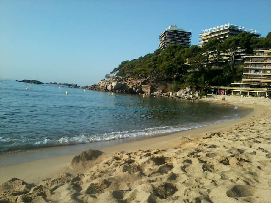 Gran playa de arena fina con vistas al camino de Ronda y a la Bahía de Palamós