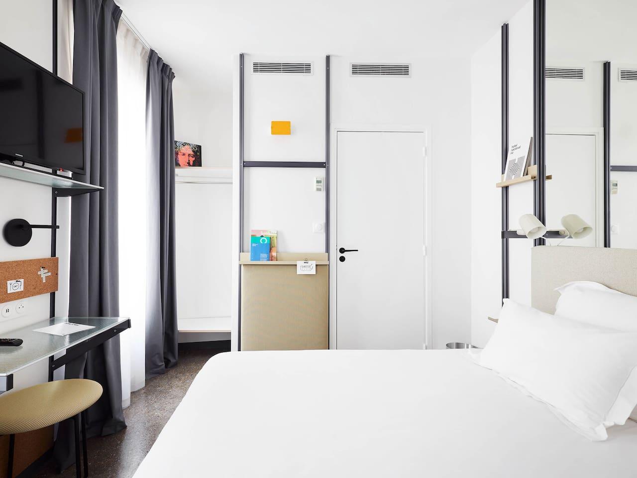 The Bedroom - La chambre