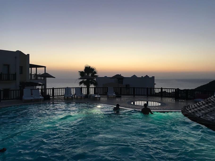 Deniz manzaralı site havuzu
