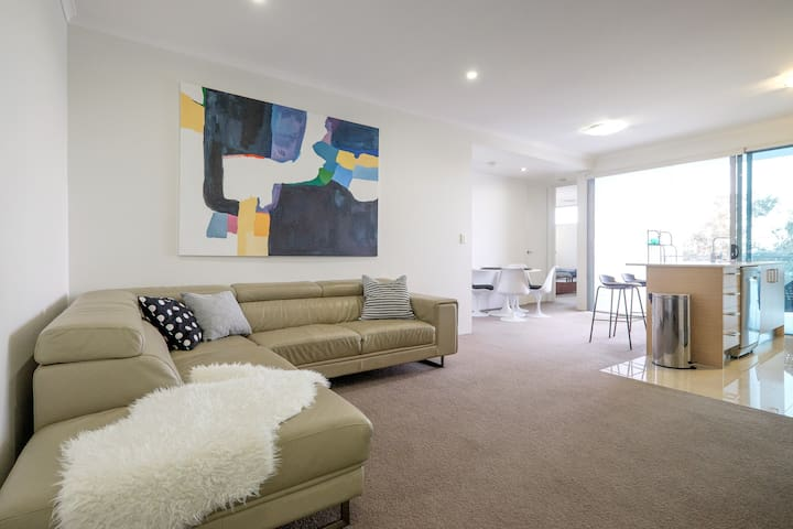 New entire apt 2 bdrms w/ a VIEW + secure carpark - Kelvin Grove - Apartment