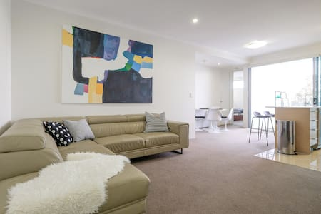 New entire apt 2 bdrms w/ a VIEW + secure carpark - Kelvin Grove - Leilighet