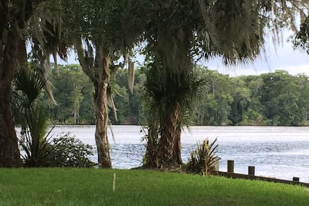 River House sleeps 7 Welaka FL- 2 Docks w/ Lifts