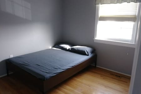 Clean and bright spare bedroom for rent