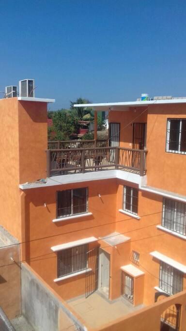 Vista general de la casa. La recámara está en el segundo nivel.