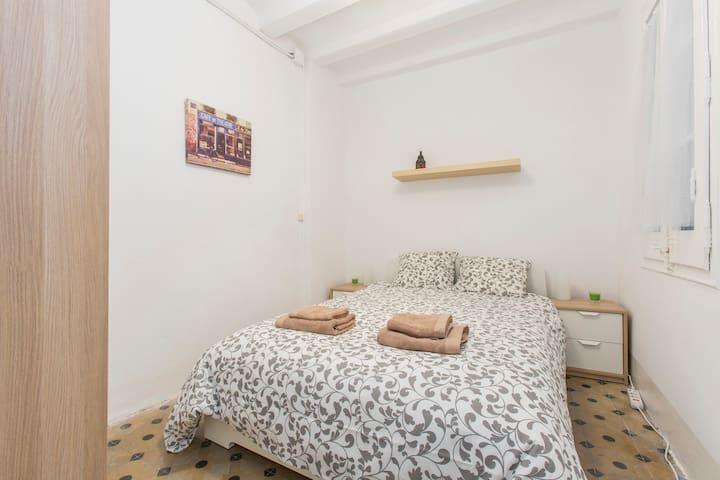 Habitación bonita y confortable