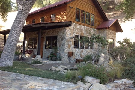 Rustic, Tranquil Stone Cabin Under the Oak Trees - Chalet