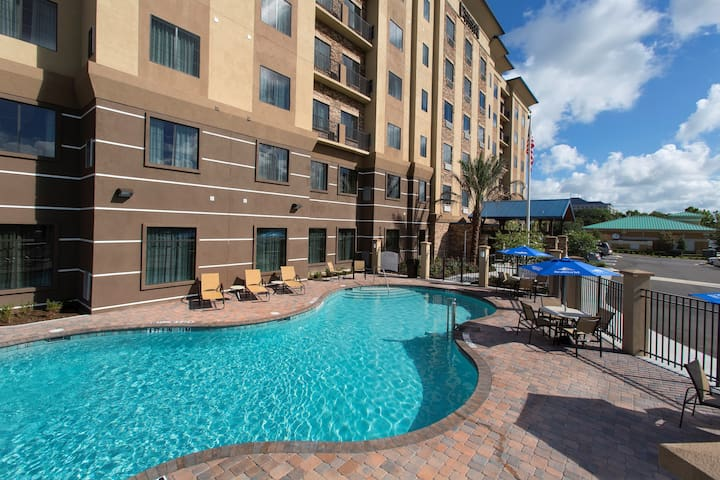 Free Breakfast Buffet, Outdoor Pool, Theme Park Shuttle Transfers | King Suite at Staybridge